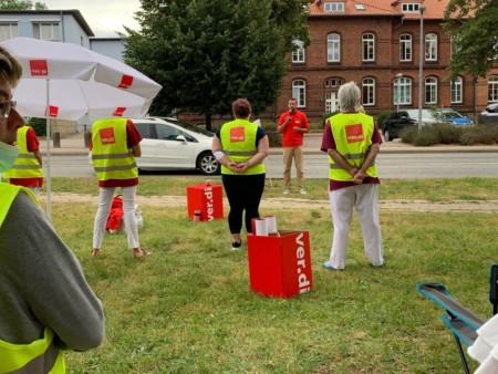 Andreas Walus redet vor den Mitarbeitern des Krankenhauses Grevesmühlen