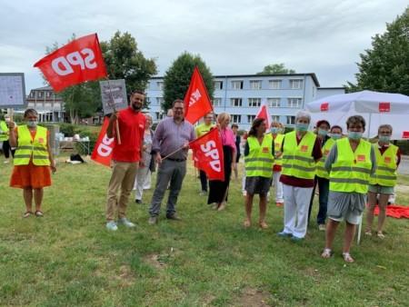 Die SPD-NWM zeigt Flagge auf der Kundgebung